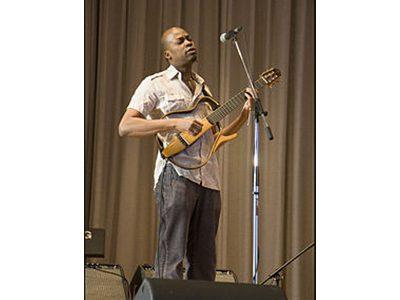 Lionel Loueke, ancien élève de l'équipe pédagogique de l'IMEP Paris College of Music et guitariste de Herbie Hancock