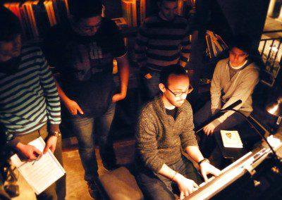Yaron Herman montre des voicings de piano jazz aux élèves de l'IMEP